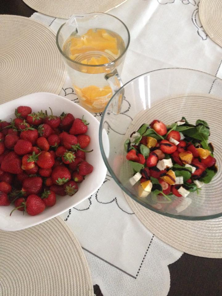 sałatka ze szpinakiem i truskawkami