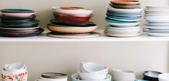 Czy powinniśmy płukać naczynia przed włożeniem ich do zmywarki?